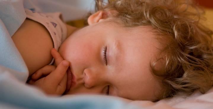 Ребенок скрипит зубами во сне: основные причины