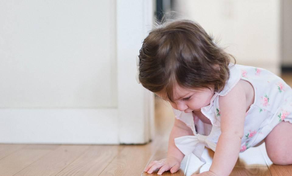 Как научить ползать малыша