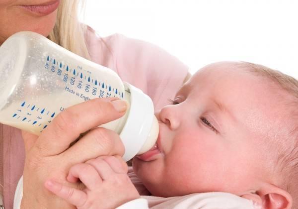 Как правильно кормить новорожденного из бутылочки — советы и рекомендации