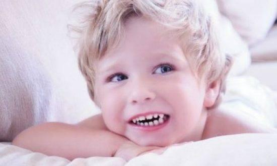 Ребенок скрипит зубами во сне: почему и что делать?