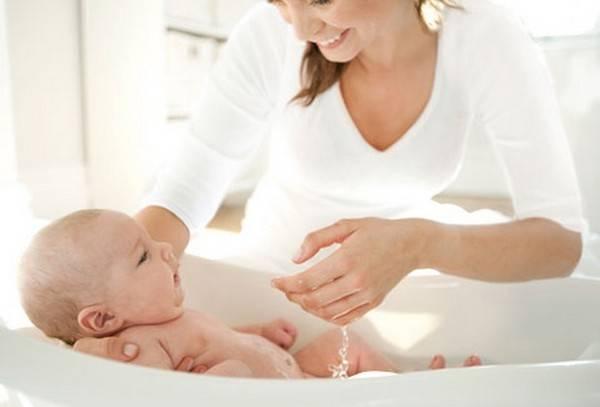Как правильно подмывать новорожденную девочку под краном и обрабатывать: комаровский