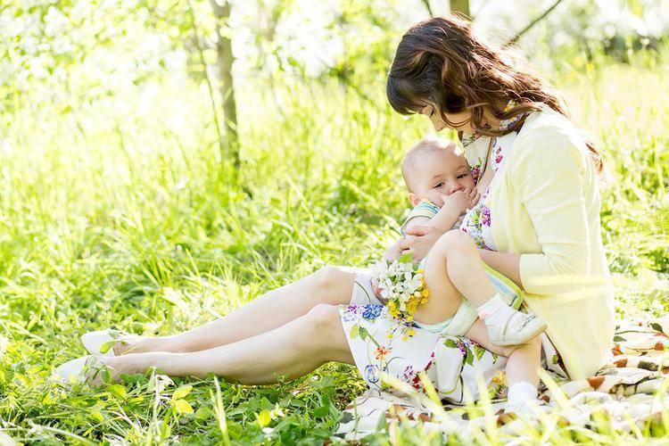 Причины, почему у ребенка во время кормления потеет голова