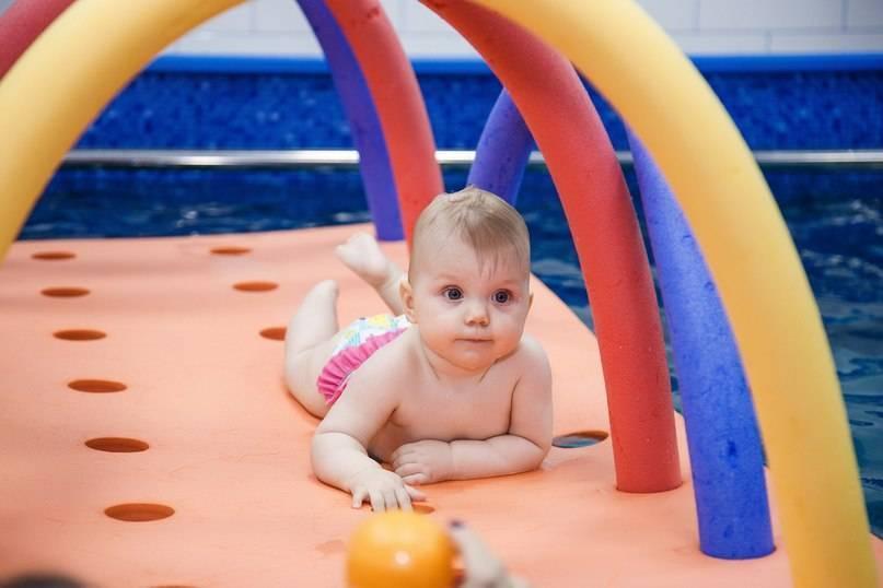 Полезно ли раннее плавание и ныряние для грудничков? видео — занятие в бассейне