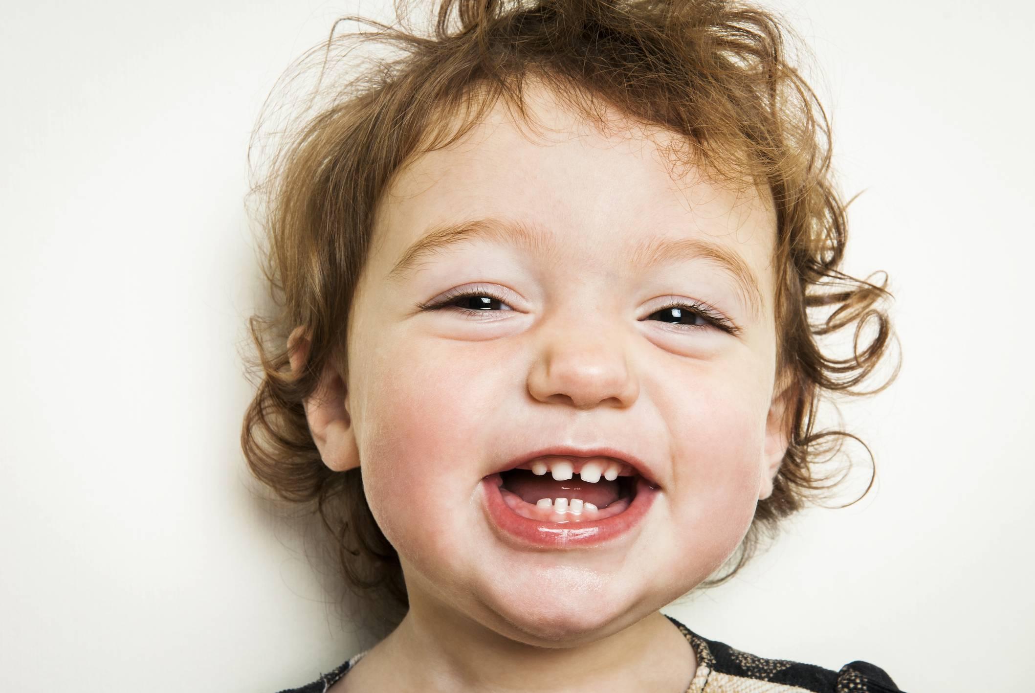 Сколько дней лезет первый зуб у грудничка: длительность роста и прорезывания