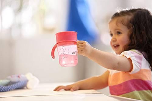 Как научить ребенка пить из трубочки?