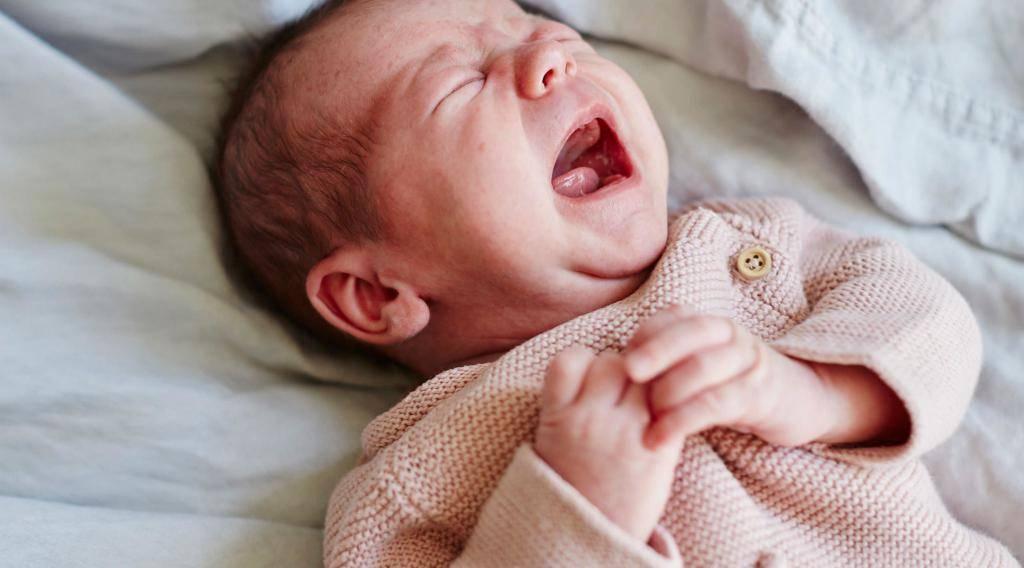 Почему новорожденные и груднички часто чихают?