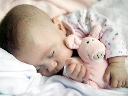 Нужно ли будить ребенка для ночных кормлений?