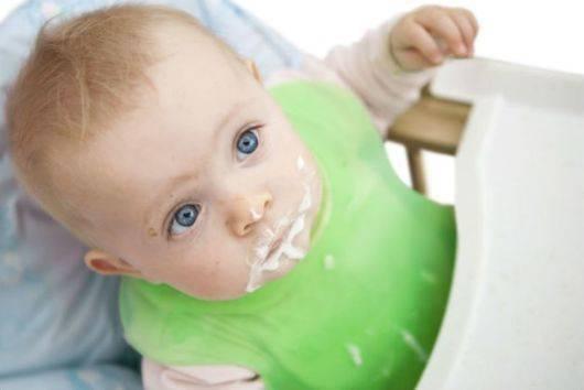Ребенок тужится и срыгивает после кормления
