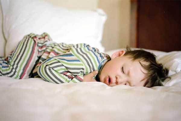 Можноли грудничку спать наживоте: все заипротив
