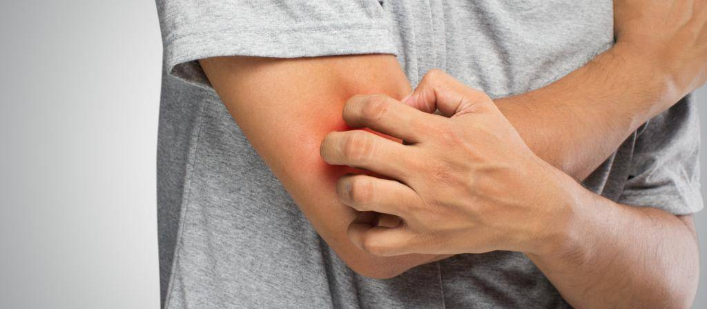 Почему возникают боль в горле и сыпь?