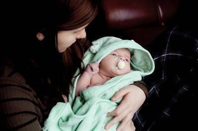 Как проверяют слух у младенца в роддоме и в домашних условиях? слух, зрение и другие органы чувств у новорожденного: что нужно знать родителям.
