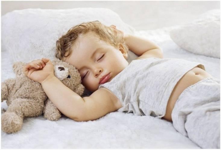 Ребенок, вздрагивающий во сне: норма или патология
