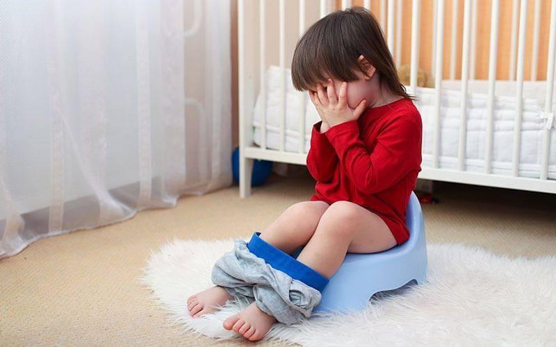 Ребенок постоянно тужится и плачет.