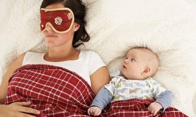 Почему грудничок может плакать во сне не просыпаясь, и что делать