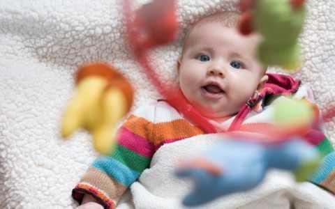 Развитие зрения у грудничка с рождения: этапы формирования