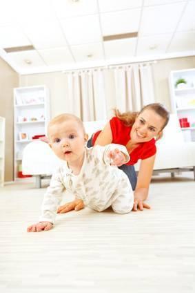 Как быстро и правильно научить ребенка вставать на четвереньки и ползать