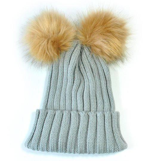 Удобно и практично – вязанная спицами шапка-шлем