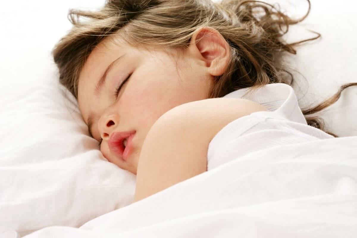 Почему ребенок не может уснуть и что делать