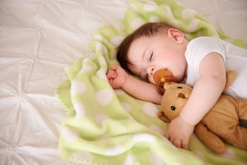 Ребенок в возрасте 8 месяцев стал капризным и плохо спит: что снова происходит?