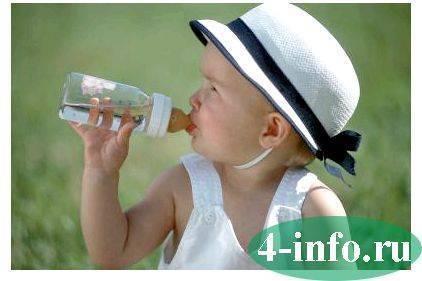 Дочка пьет много воды...