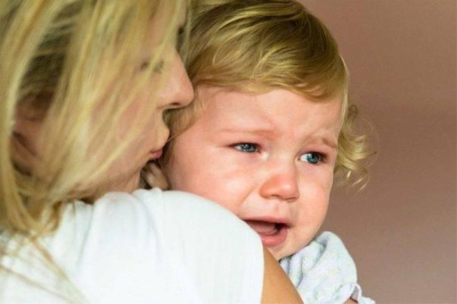 Комаровский – ребенок упал с кровати вниз в 6 месяцев: малыш упал с дивана на пол, последствия, что делать
