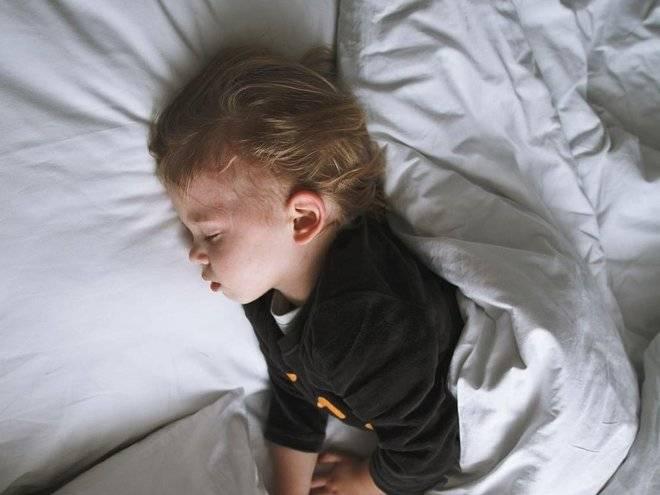 Почему ребенок плачет ночью — возможные причины