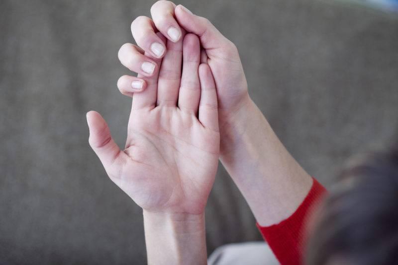 У ребенка холодные руки и ноги: причины, мнение комаровского