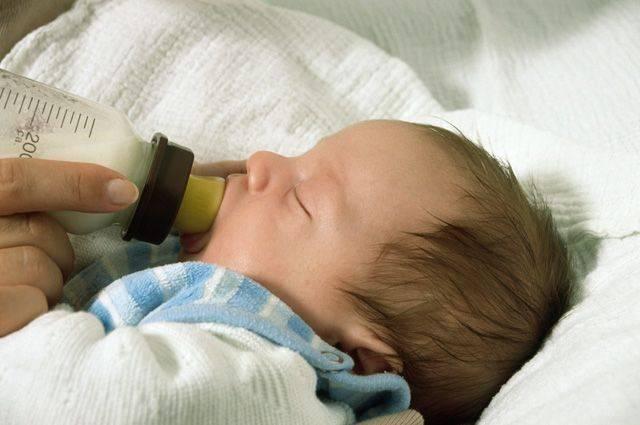 Как правильно кормить из бутылочки новорожденного: правила кормления ребенка