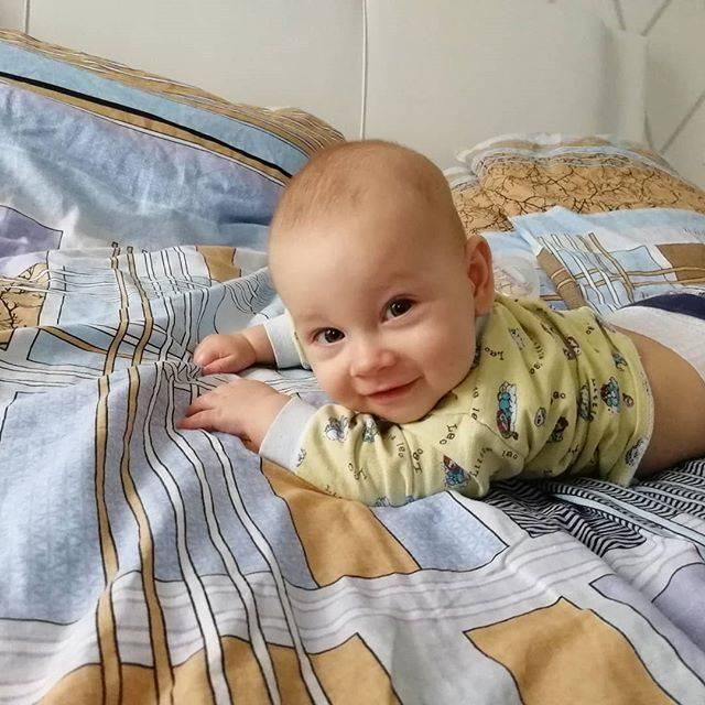 Что вызывает желтый кал у ребенка и требуется ли лечение