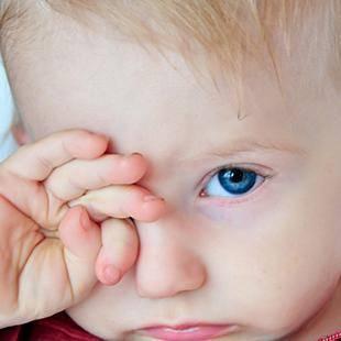 Чем промывать глаза новорожденным