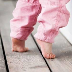 Почему дети ходят на носочках: причины