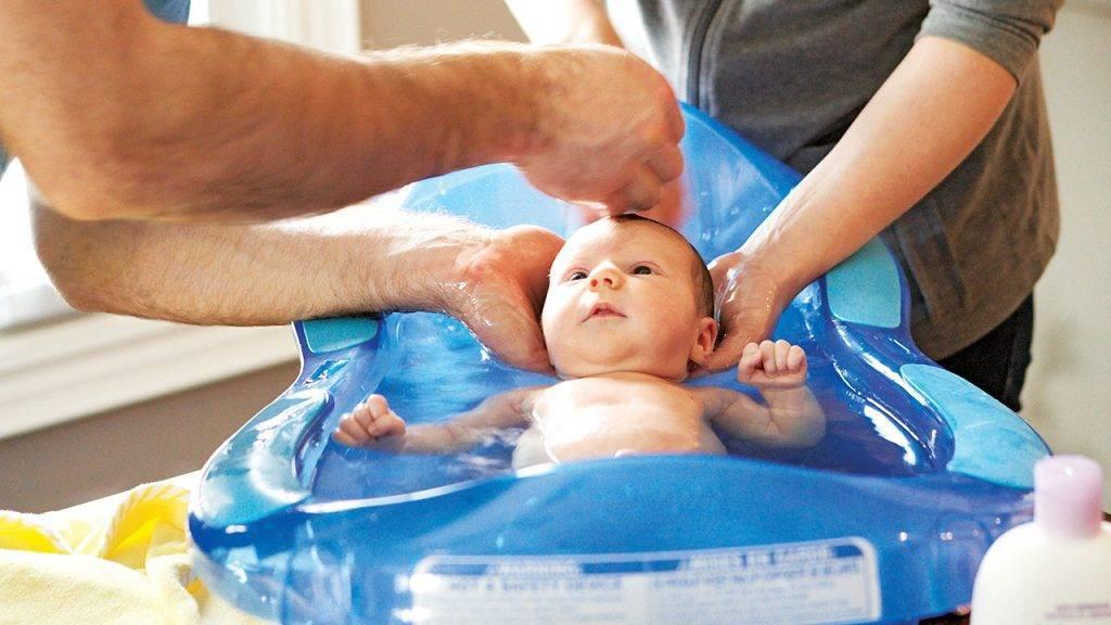 Водные процедуры без слез. когда лучше купать новорожденного — до или после еды?