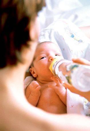 Допаивать водой младенца: нужно ли?