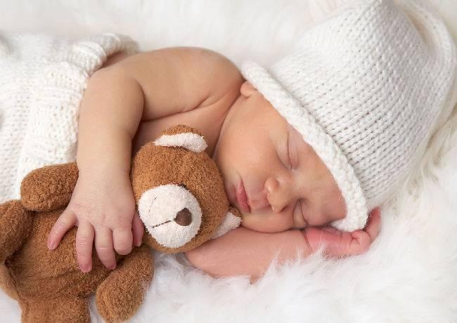 Почему новорожденные улыбаются во сне — причины