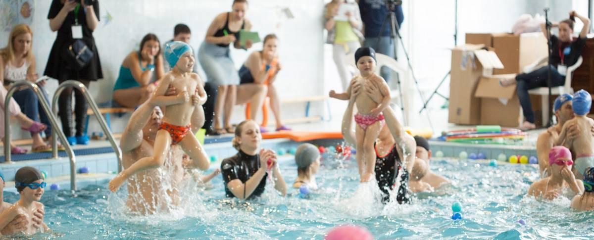 Грудничковое плавание в бассейне: «за» и «против»