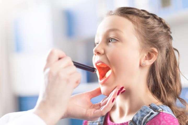 Красное горло у грудничка – о чем говорит этот симптом, и как лечить горло у ребенка?