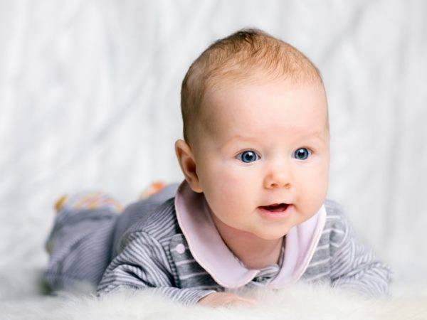 Когда ребенок начинает гулить и агукать, во сколько месяцев говорит первые фразы