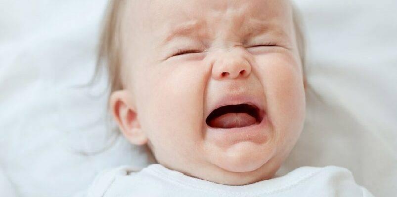 Почему кроха плачет после приёма грудного молока