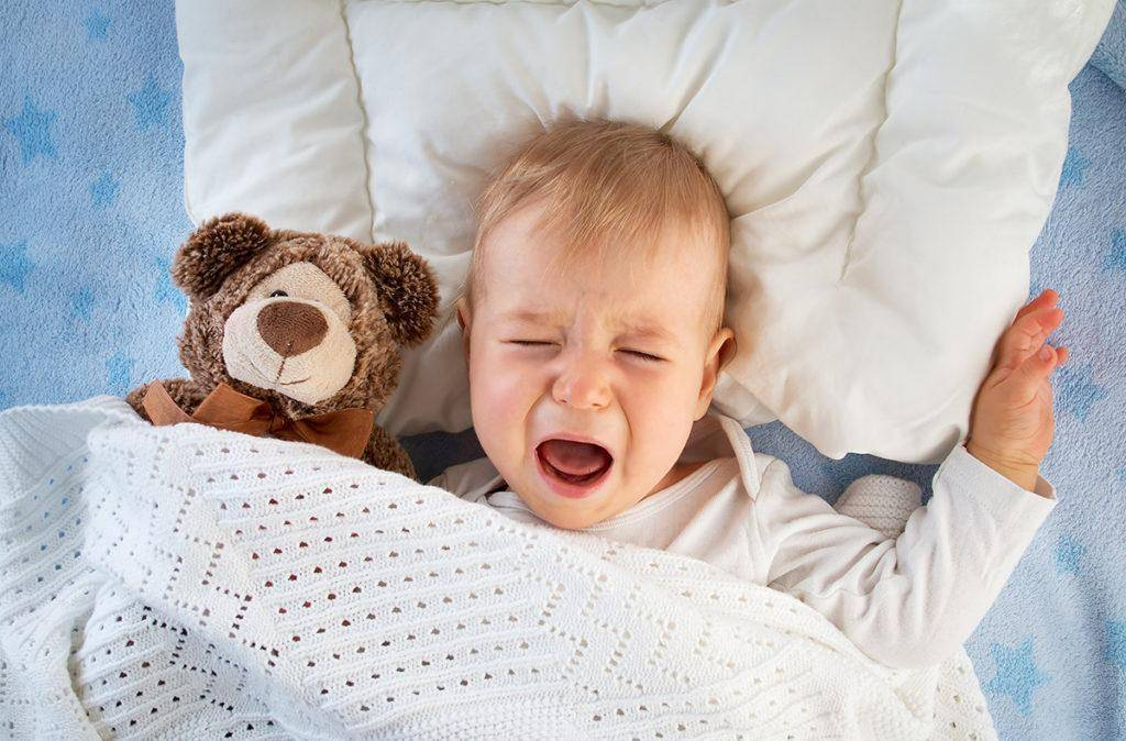 Ребенок плачет во сне: почему всхлипывает или кричит, резко начинает плакать, разговаривает во сне и плачет, дергает ногами, вздрагивает и выгибается, стонет