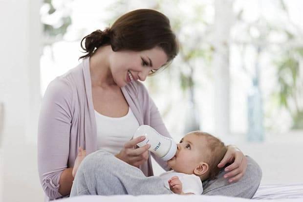Как держать новорожденного при купании – советы молодым родителям