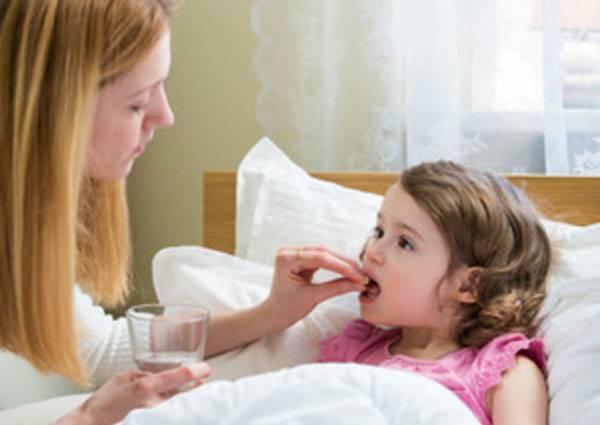 Ребенка рвет желчью с температурой и без — как помочь при тошноте