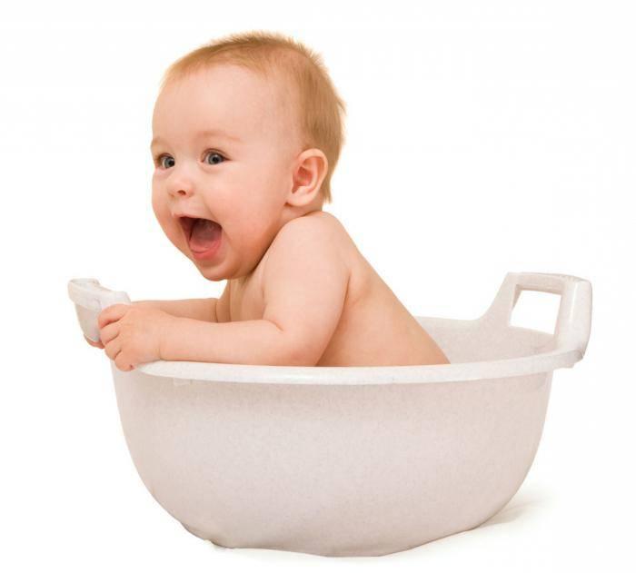 Уход за новорожденным мальчиком: как правильно купать и подмывать