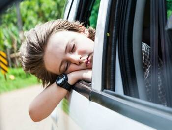 Почему ребенка сильно укачивает в машине, тошнит. что делать