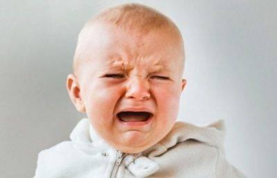 Ребенок плачет при кормлении грудным молоком