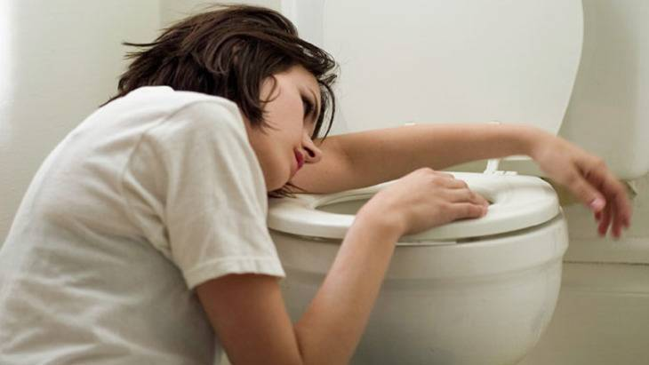 У ребенка болит живот и понос — что делать с грудничком