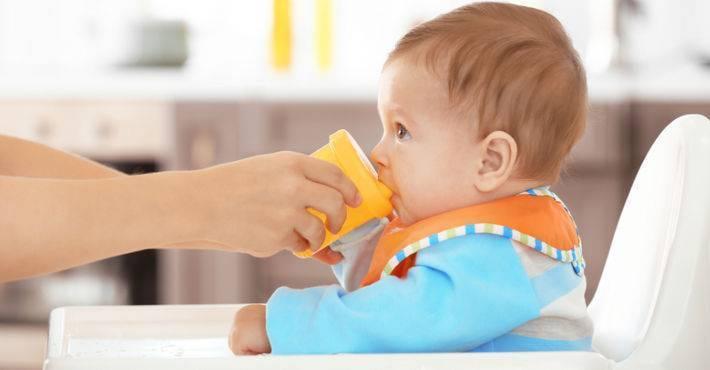 Как без проблем научить ребенка пить из поильника?