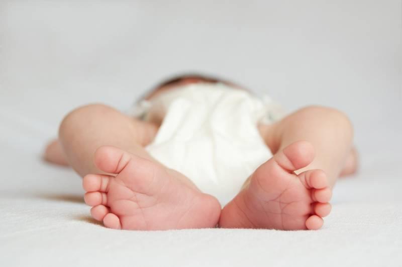 Как правильно менять подгузник новорожденному