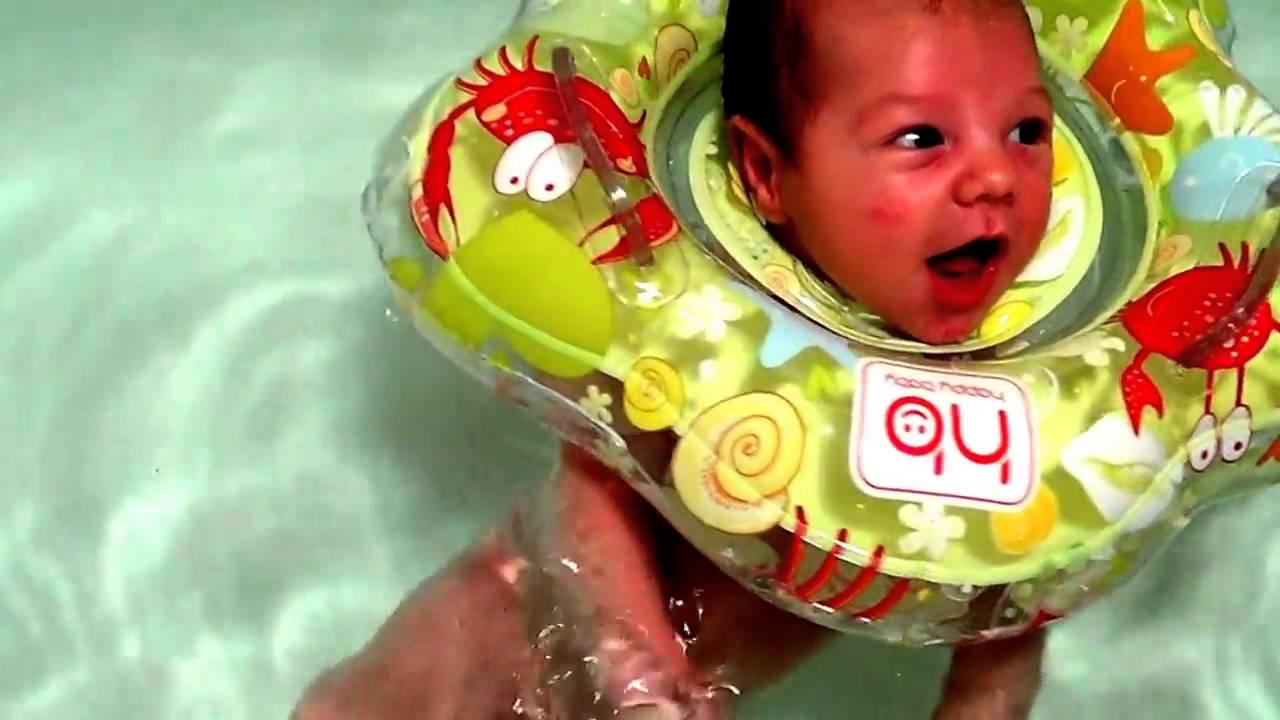 Как купать грудничка с кругом на шее и с какого возраста