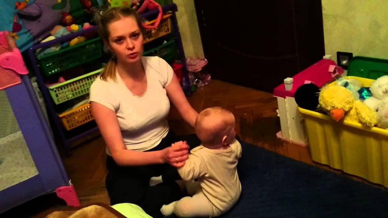 В каком возрасте ребёнок садится и как ему помочь