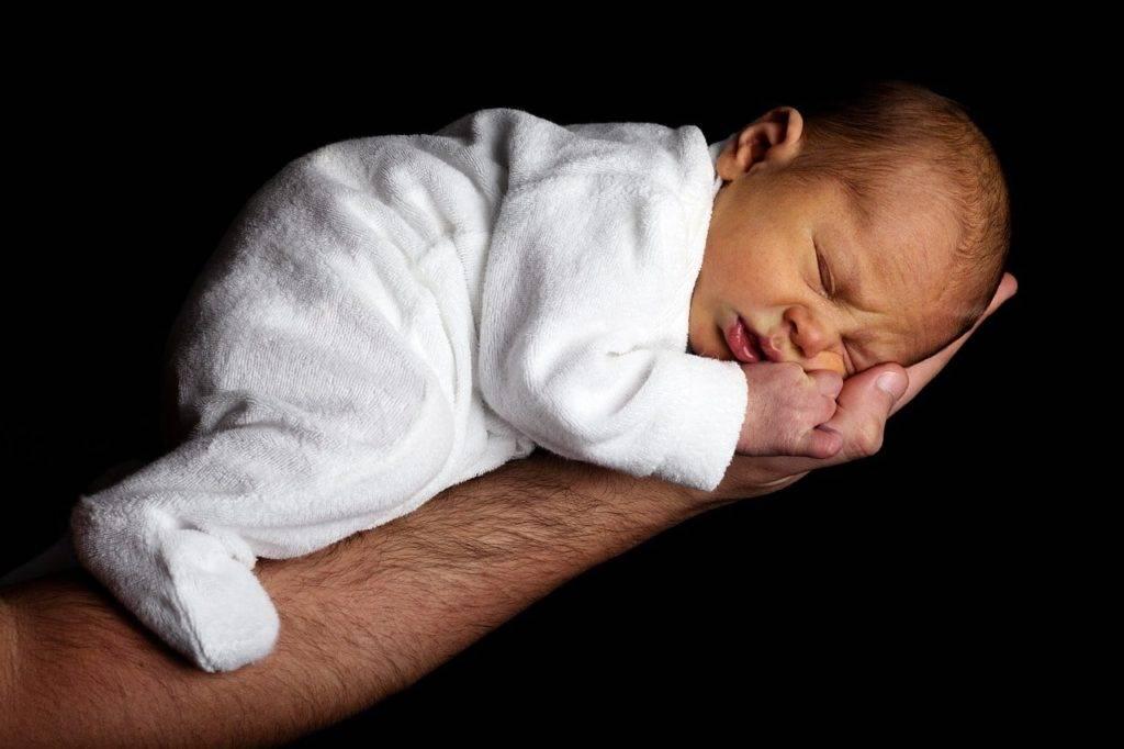 Новорожденный чихает: почему часто чихает грудной ребенок, причины чихания с постоянным покашливанием